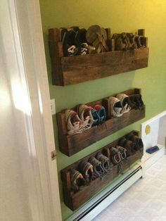 16 Easy DIY Pallet Furniture Ideas to Make Your Home Look Creative www.onechitec… 16 Easy DIY Pallet Furniture Ideas to Make Your Home Look Creative www. Dyi Shoe Rack, Diy Shoe Storage, Pallet Storage, Bedroom Storage, Cheap Storage, Garage Storage, Shoe Storage Ideas For Small Spaces, Front Door Shoe Storage, Outdoor Shoe Storage