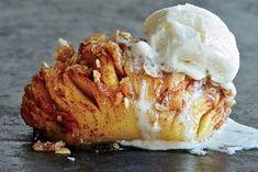 Hasselback-æbler med vaniljeis.