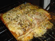 Ingredientes  Manteiga para untar 1 pacote de pão de forma 1 copo de requeijão 200 g de queijo prato 200 g de queijo mussarela 200 g de presunto Meio copo de leite Tomate