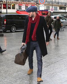 Look de David Beckham: Abrigo Largo Negro, Jersey de Ochos Azul Marino, Camiseta con Cuello Barco Blanca, Vaqueros Gris Oscuro