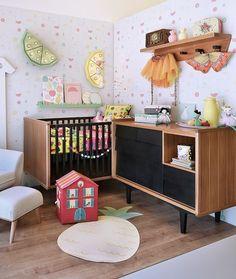 Quarto de menina @amomooui em tema de frutas.  Papel de parede em tons pastel e colorido nas estampas México e Índia da roupa de cama #MOOUI. #decoration #girlsroom #quartodemenina #home #quartodebebe #nursery #modern #beautiful #menina #bebê #decor #color #detail #roupadecama