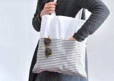 Sommer Shopper Streifen!  Sommerlich gestreift kommt der weiße Jutebeutel daher. In den aufgenähten Taschen aus Textilwachstuch finden Sonnenbrille, Handy und Co. ihren Platz und ein langes...