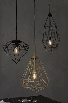 #lighting - Diamonds  una collezione di lampade a sospensione progettate da Sylvie Meuffels per JSPR. Ispirate proprio ai diamanti, come suggerisce anche il nome, sono disponibili in tre varianti geometriche diverse e in due colori: nero e oro. Diamonds