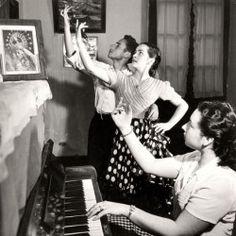 Jean Dieuzaide (1921-2003)  Sevilla, la célebre tonadillera Adelita Domingo con sus alumnos, c.1951.