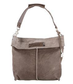 De Loes Medium Bag is een stoere tas van X Works. De tas is uitgevoerd in leer en heeft een ruim interieur. De schoudertas heeft een flap over en een schouderband met diverse studs. Het interieur telt in totaal drie opbergvakken, waaronder een telefoonvakje en een opbergvakje met ritssluiting. Een stylish item voor een stoere look!