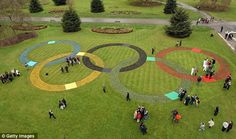 Super excited for the Olympics in London! Olympic officials and the media admire a large set of Olympic Rings, created with at least flowers and plants in Kew Gardens Kew Gardens, Entertainment Websites, London Olympic Games, 2012 Summer Olympics, Summer Games, London Photography, 100th Day, Great Photos, Cellulite