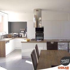 grande cuisine blanche brillante sans poignée avec grand îlot et coin repas - Oskab