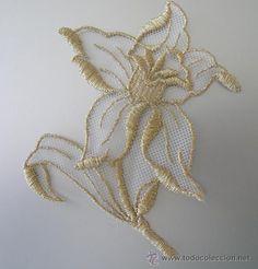 Aplique en tul blanco. Forma FLOR. Remate y bordado en hilo dorado -A Estrenar- 8,5cm x 10,5cm