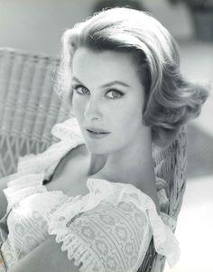 Dina Merrill est une actrice et productrice américaine née le 9 décembre 1925 à New York dans l'État de New York aux États-Unis