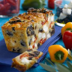 Découvrez la recette Cake aux poivrons, olives et feta sur cuisineactuelle.fr.