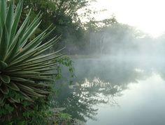 A fumegante Lagoa Quente é uma das atrações do Parque da Cidade, em Caldas Novas, estado de Goiás, Brasil.  Fotografia: Sílvio Quirino/Agetur.