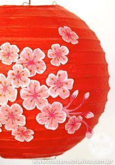 Decorate a Chinese lantern with paper flowers. Follow the tutorial to see how you can easily draw Cherry Blossom - Sakura Lantern - Decore sua lanterna chinesa com flores de cerejeira de papel. Super fácil, veja em Madame Criativa. #chineselantern #chineselamp #sakura