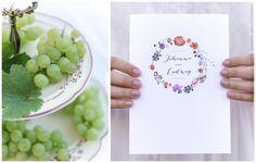 Einladung mit Federn, Blüten und Trauben geschmückt. www.carte-royale.com