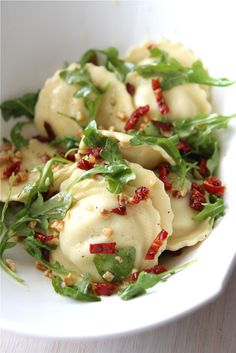 Quick Ravioli Recipe with Sun-Dried Tomatoes, Arugula & Hazelnuts - a very easy dinner