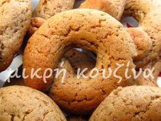 Χρόνια τώρα αναρωτιόμουν πώς στο καλό φτιάχνουν αυτά τα μουστοκούλουρα που πουλάνε στους φούρνους και είναι τόσο μαλακά. Ναι ναι...Εκείνα εκ... Greek Sweets, Greek Desserts, Greek Recipes, Greek Cooking, Bagel, Biscuits, Almond, Food And Drink, Cooking Recipes