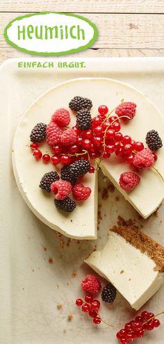 Heumilch No-Bake-Cake mit Holunderblüte. Ganz einfach und ohne Backen gelingt der Kuchen aus viel frischem Heumilch-Frischkäse. Viel Spaß beim Backen und Genießen. Buffet, Brunch, Dairy, Bread, Cheese, Humor, Desserts, Food, Eat Lunch