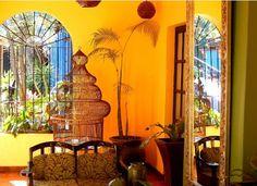Villa del Ensueño / ste hermoso hotel boutique es una joya arquitectónica que cuenta con más de un siglo de historia. Se ubica en el corazón de Tlaquepaque, un poblado considerado como uno de los centros artesanales más importantes en México.    Todo el hotel tiene un estilo mexicano contemporáneo y en su cocina se pueden degustar platillos tradicionales y también de alta gastronomía gourmet.  Ubicación: Tlaquepaque, a 25 minutos de Guadalajara.