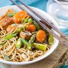 Chewy baked tofu and spring vegetables are piled atop sesame soba noodles to make these Asian-inspired vegan meal bowls. Fresco, Carrot And Lentil Soup, Dinner Bowls, Baked Tofu, Vegan Meal Plans, Soba Noodles, Noodle Bowls, Vegetarian Recipes, Tofu Recipes