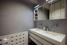 Meble Komandor do łazienki / oświetlenie LED / umywalka biały corian na wymiar / szuflady z uchwytem krawędziowym Komandor / maskownica grzejnikowa Proform