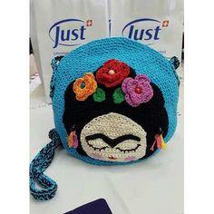 Frida Kahlo Cartera Tejida Al Crochet - $ 450,00 Cute Crochet, Knit Crochet, Crochet Hats, Crochet Purses, Crochet Dolls, Diy And Crafts, Arts And Crafts, Amigurumi Doll, Crochet Animals