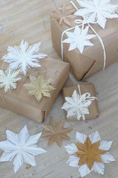 Hauska idea on käyttää tähtiä pakettien päällä Nordic Christmas, Christmas Snowman, White Christmas, Handmade Christmas, Christmas Time, Diy And Crafts, Christmas Crafts, Christmas Decorations, Paper Crafts