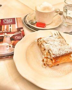 O típico café vienense em um dos lugares mais tradicionais da cidade. Esse ano o Café Central completa 140 anos de muita história. Frequentado por figuras como Arthur Schnitzler, Freud, Trotzki e Peter Altenberg. É apenas um dos muitos motivos que o tornam tão especial. Dê uma pausa na correria da viagem e deguste a famosa apple strudel, sobremesa típica vienense e o café, extremamente recomendado. Quanto? €12,90 Onde? Herrengasse 14, Vienna, Austria  #passaportegastronomico #instafood…