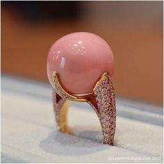 Let me introduce you the most impressive #conchpearl of the last fashion week and maybe from Paris... This one is the proprerty of #DavidMorris and is set on pink gold ring featuring pink diamonds.