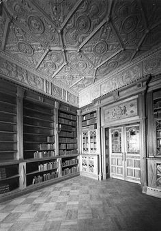 The Shakespeare Room is located in the Mitchell Wing of the State Library of NSW, looking over Shakespeare Place in 1942.Designed in the style of the Tudor period.Its plaster ceiling is modelled on Cardinal Wolsey's closet at Hampton Court Palace.The intricate design of the ceiling and the frieze features Prince of Wales feathers,Tudor roses, rosettes,mermen and mermaids,dolphins,vases and fleurs-de-lis. •Sam Hood• 🌹 Sydney City, Library Wedding, Hampton Court, History Teachers, Green Wedding, Historical Sites, Colleges, Victorian Homes, Tudor