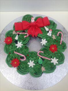 Corona navideña de cupcakes Corona Cupcakes, Christmas Sweets, Xmas, Birthday Parties, Birthday Cake, Deserts, Candy, Baking, Holiday Decor