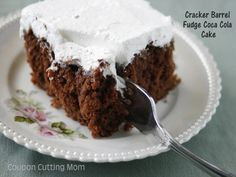 This is one of our favorite cake recipes - Cracker Barrel Fudge Coca Cola Cake! Cake for boy Just Desserts, Delicious Desserts, Yummy Food, Holiday Desserts, Cracker Barrel Copycat Recipes, Picnic Cake, Coca Cola Cake, Cake Recipes, Dessert Recipes
