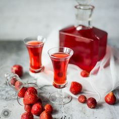 Homemade delicious strawberry liqueur perfect on every occasion and without occasion too! Raspberry, Alcoholic Drinks, Cocktails, Dessert Recipes, Desserts, Hurricane Glass, Wine Decanter, Preserves, Cocktail
