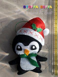 Pinguino in feltro e pannolenci per decorare il tuo albero di Natale. Fatto a mano da Susi, che pratica il cucito creativo come hobby con amore e precisione in modo che i suoi manufatti possano durare nel tempo. Una simpatica idea regalo poco impegnativa per far sì che ogni Natale una persona cara pensi a te con tenerezza. Contiene imbottitura anallergica. Felt penguin christmas tree ornament handmade gift