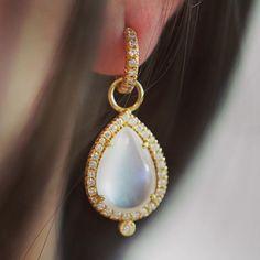 Girls night out  #dropdeadgorgeous  #ericacourtney #showmeyourrings #jewelrystateofmind  #lovegold #luxury #luxurybyjck #jewelry #jewelrydesign #jewels #diamond #diamonds #custom #love #stunning #beautiful #color #finejewelry #highendjewels #ringoftheday #dreamring #losangeles #gemstones #blingbling #wow #diamondjewelry #instajewels #diamondsareagirlsbestfriends #wishlist #sparkle
