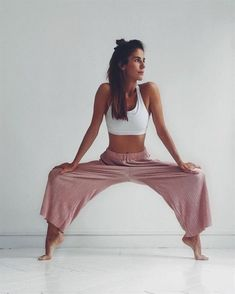 Yoga has been part of our lives when it comes to tension and stress relief. Through yoga we gain a deeper knowledge and understanding of oneself. Alo Yoga, Yoga Bewegungen, Yoga Flow, Namaste Yoga, Pilates Yoga, Yoga Leggins, Leggings, Yoga Pants, Yoga Motivation