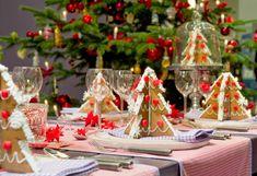 bonita mesa decorada con adronos navideños