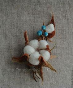 Купить Коробочка хлопка и синие ягоды - брошь валяная из шерсти - хлопок, брошь хлопок