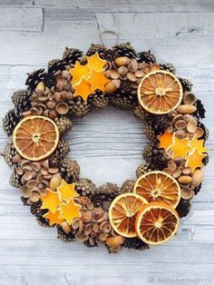 Christmas Wreaths: Unusual Ideas for Creating … - Weihnachten Natural Christmas, Noel Christmas, Homemade Christmas, Rustic Christmas, Simple Christmas, Christmas Wreaths, Christmas Ornaments, Fall Wreaths, Fall Crafts