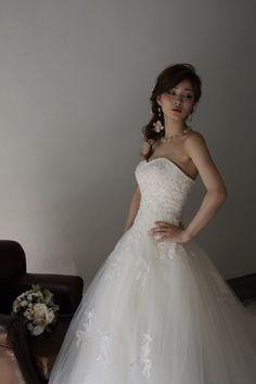 Connie(コニー) - 細身のAラインのシルエットが美しいウェディングドレス。オーソドックスなレースと、優しい印象の装飾を組み合わせており、髪型や小物のアレンジがとてもしやすい。小物の印象でドレスの印象をがらっと変えられるので、自分好みのドレス姿をつくっていただけます。