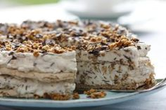 An ice cold delicacy for summer days. Almond ice cream cake The post Recipe: Almond brittle ice cream cake appeared first on Food Monster. Trifle Desserts, No Bake Desserts, Vegan Desserts, Easy Desserts, Spring Desserts, Desserts For A Crowd, Holiday Desserts, Dessert Simple, Illustration Dessert