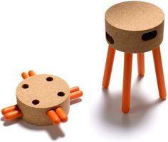Senta est un petit tabouret ludique, dont les pieds en bois laqué sont amovibles et peuvent se ranger dans des trous situés sur les côtés d'une assise en liège aggloméré.