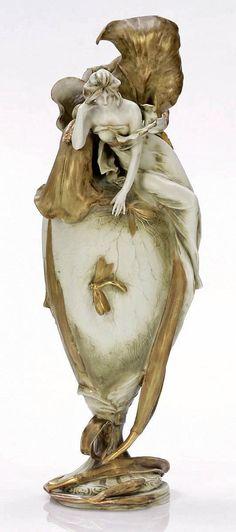 Vaso con Iris come una donna seduta e libellule Amphora Werke, KK Priv. Opere in ceramica Riessner, carraio e caldaie, turn-Teplitz a 1902. gres, opaco satinato, di colore verde chiaro e oro.