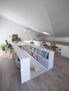 great house, love the use of space, levels peeking into each other, and books stored above the stairway.