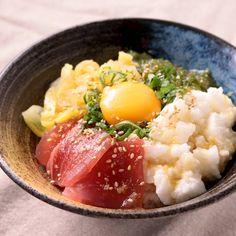 「たたき長芋のばくだん丼」の作り方を簡単で分かりやすい料理動画で紹介しています。ネバネバでボリューム感のある丼です。火を使わずに切って乗せるだけの簡単調理ですので忙しい時間帯にもってこいです。卵黄は温泉卵に代えても美味しいですし、お好みでわさびを足すのもおすすめです。是非お試しくださいね。