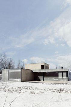 Bei Light Soil V.2 handelt es sich um ein Einfamilienhaus, welches in Poznań, Polen steht. Das Architekturstudio De.Materia nutzte für die Erschaffung des Hauses den natürlichen Verlauf des Terrains. Daraus ergab sich, dass die Garage ebenerdig platziert wurde, während die Wohnräume leicht abgesenkt darunter angeordnet sind. Beim Bau des Hauses hat man hauptsächlich auf drei …