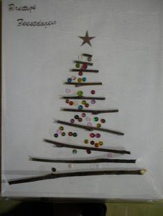Kerstcadeautjes: houten takken sorteren van klein naar groot zodat het lijkt op een kerstboom. Met sterke lijm op een plankje kleven en versieren. *liestr*