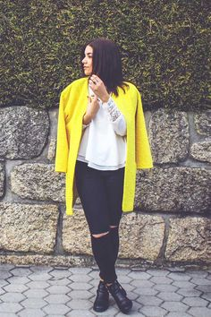Primark: #Primania Street Style - Mariana (La Mimi Belle) wearing textured yellow coat, cream blouse, black cold knee skinny jeans and black leather tote