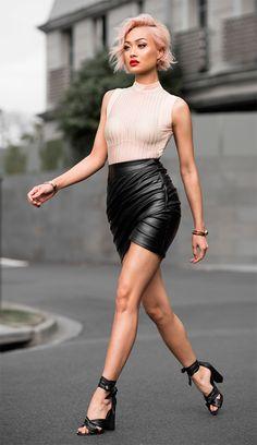Street style look com saia couro preta.