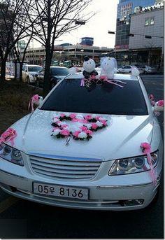 Decorando el auto de los novios | ...Cabeza de novia Wedding Car Decorations, Wedding Cars, Wedding Planer, Before Marriage, Ideas Para Fiestas, Funeral, Vikram Kumar, Wedding Invitations, Bouquet