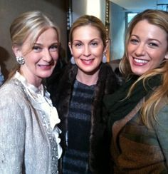 Caroline Lagerfelt, Kelly Rutherford and Blake Lively behind the scenes of Gossip Girl Gossip Girl Cast, Mode Gossip Girl, Gossip Girl Fashion, Gossip Girls, Vanessa Abrams, Dan Humphrey, Nate Archibald, Perfect People, Pretty People