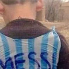 Il bimbo e la maglia di Messi di plastica: la foto commuove il web!